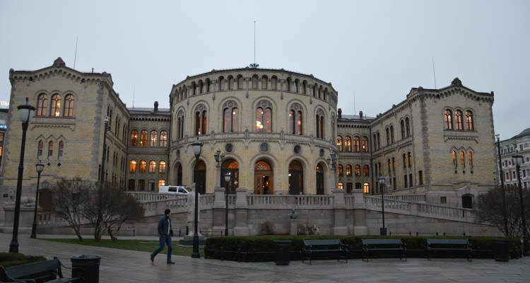 MPs sitting in Norway's Storting have approved a proposal by the Socialist Left Party (SV) for a new tax on salmon exports.