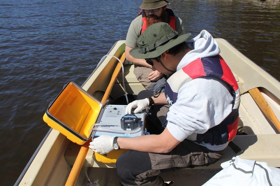 Muestreo de agua para el análisis de eDNA durante la vigilancia de la plaga del cangrejo de río. Foto: Trude Vrålstad/Instituto de Veterinaria.