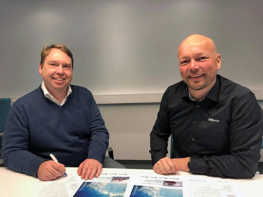 Kontrakten ble nylig signert på hovedkontoret til Bremnes Seashore. Fra venstre: Ernst Olav Helgesen, Teknisk sjef sjø i Bremnes Seashore, og Stig Martin Bø, AKVA groups regionssjef for salg i Sør-Norge og nordiske land. Foto: Jørn Rune Bruun/Bremnes Seashore.