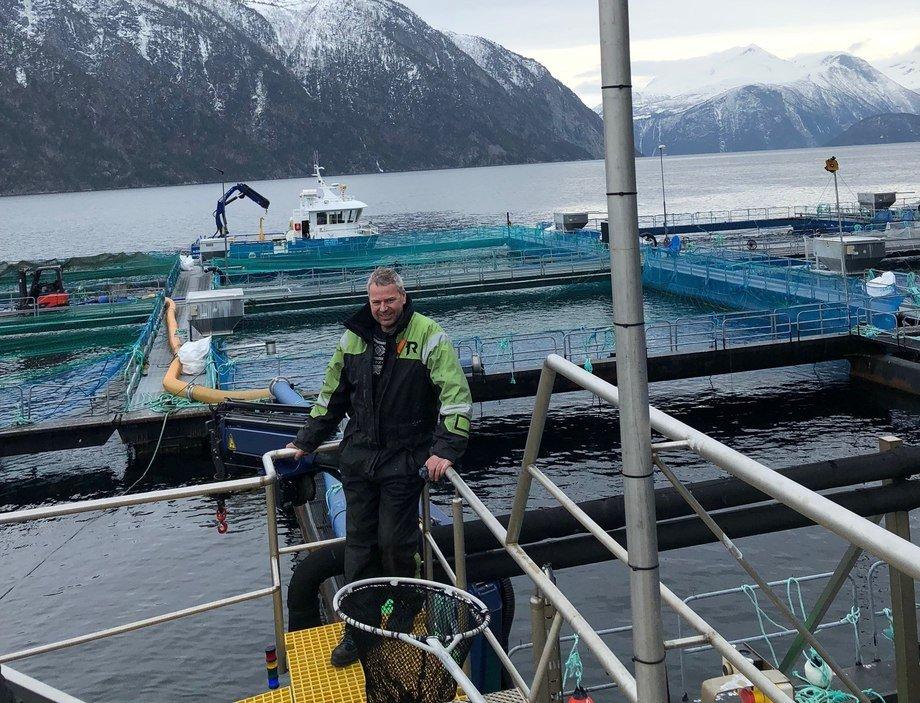 Kenneth Myklebust fra Hofseth Aqua tester nå ut en enhet som skal suge lusen ut av vannmassene før den når laksen. Foto: Privat.