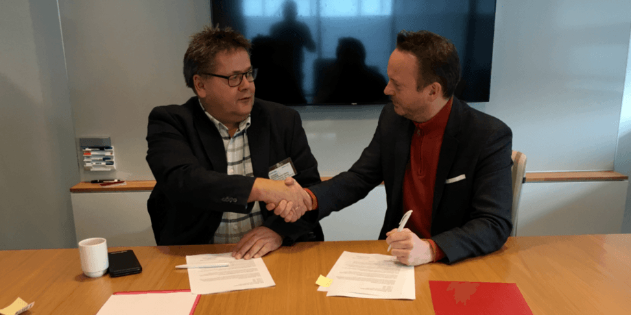 Bildet øverst: Geir Ove Ystmark (Sjømat Norge) og Johnny Hansen (Norsk Sjømannsforbund) signerte avtalen i dag. Foto: Sjømat Norge.