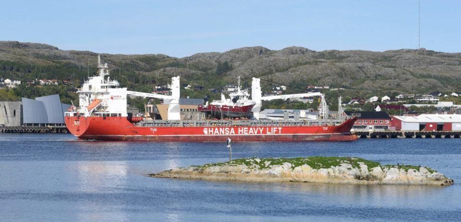 12 september 2016: Et tidsbilde fra Nærøysundet idet KB Namdal leveres til hjemmehavna i Rørvik. Foto: Tom Lysø