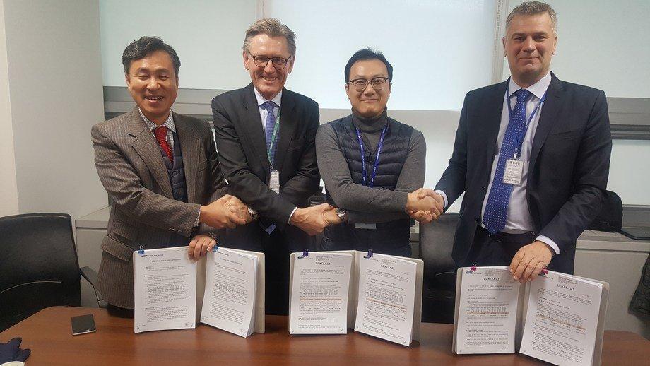 Stein Thorsager, Sales Director Wärtsilä Gas Solutions, og Hans Buvarp, Product Line Manager VOC, Wärtsilä Gas Solutions, og representanter fra det Singapore-baserte selskapet AET Tankers, under kontraktssigneringen