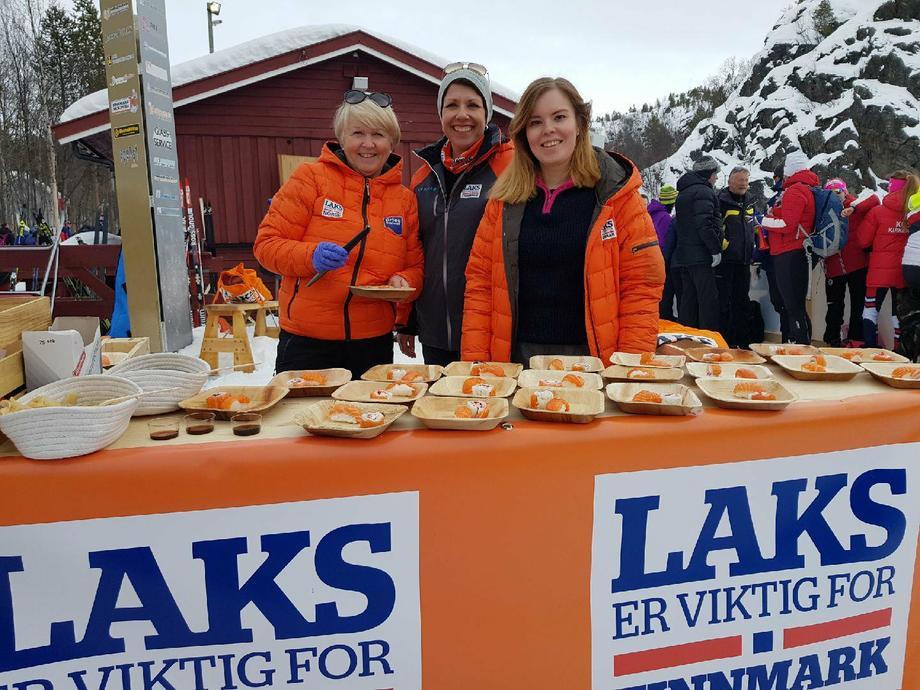 Det er bare store smil under NM på ski i Alta. Der oppdrettselskapene og Sisa deler ut fisk til over 2000 skolebarn. Foto: Roger Pedersen/Grieg Seafood Finnmark.