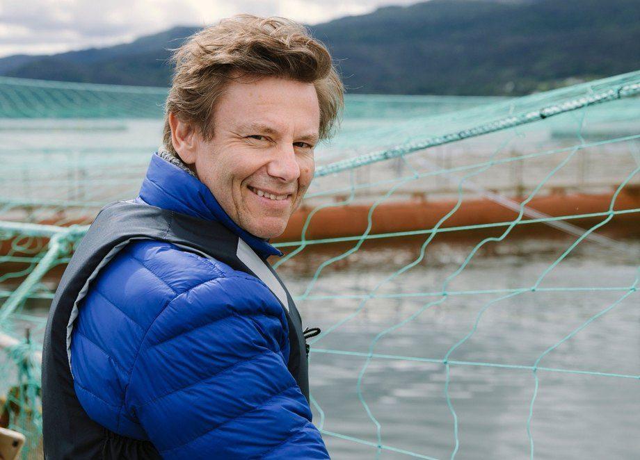 Trym Eidem Gundersen, sjømat- og fiskeriutsending i Italia har hatt flere turer på merdkanten i Norge for å vise frem norsk laks til matglade Italienere. Foto: Norges sjømatråd.