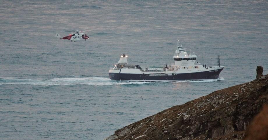 Den britiske kystvakten og Ronja Viking under en øvelse rundt øya Lewis og Harris. Foto: Ronnie Robertson/Wikipedia.