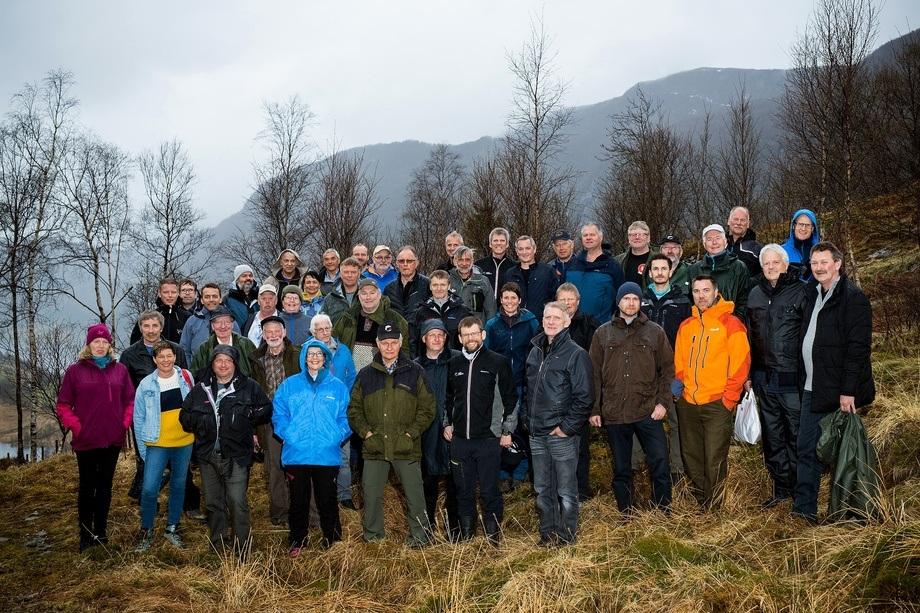Elveeiere fra hele Norge er samlet i Førde/Naustdal i forbindelse med Landsmøtet i Norske Lakseelver. Planene om å fylle Førdefjorden med et 150 meter høyt slamlag over tre kvadratkilometer, bekymrer elveeierne som frykter for villaksen i elven i den nasjonale laksefjorden. Foto: Dagrun Reiakvam
