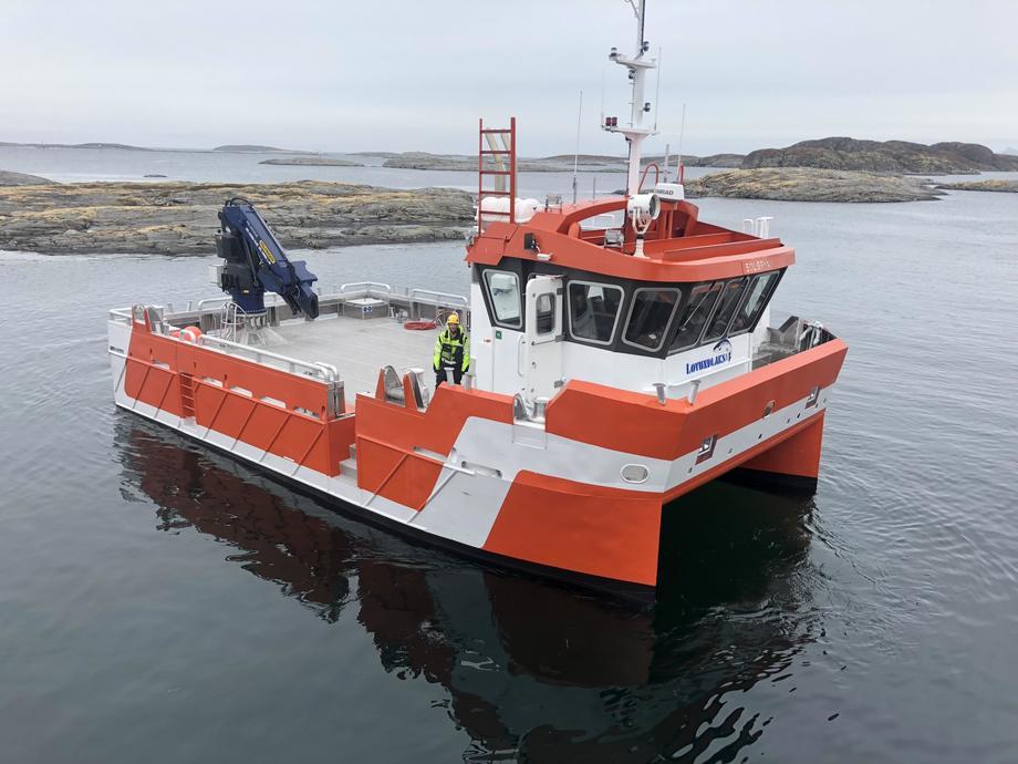Grovfjord Mek. Verksted har levert denne oppdrettskatamaranen til Lovundlaks. Fartøyet skal hete «Solbryn», og blir den tredje båten Grovfjord Mek. Verksted leverer til Lovundlaks. Foto: Grovfjord Mek. Verksted