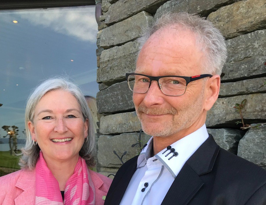 Anne Øen adm dir i Salmon Group og Tom Jarle Bjørkly daglig leder i Mortenlaks. Foto: Salmon Group.