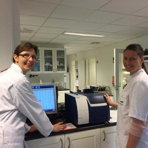Fra venstre: laboratorieleder Monica Kråkenes og laboratorieteknikker Rikke Itland. Foto: Eurofins