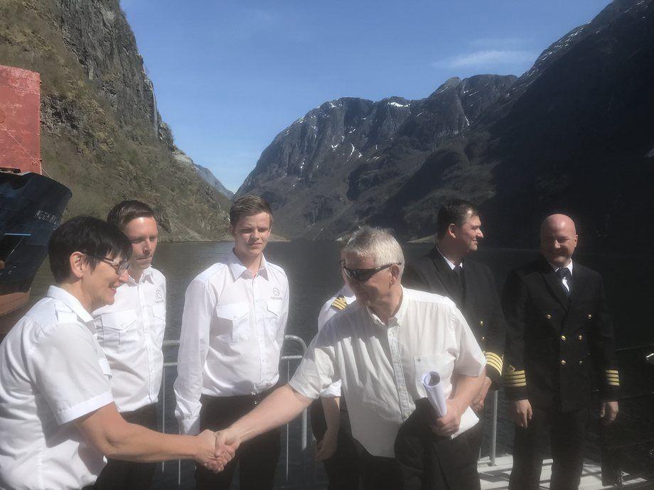 Rederiet The Fjords har ansatt mange norske sjøfolk. Her gratuleres kaptein og mannskap ombord på skipet