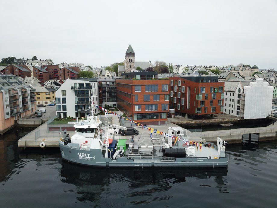 Fartøyet døpes foran Waterfront Hotell i Ålesund. Foto: VOLT.