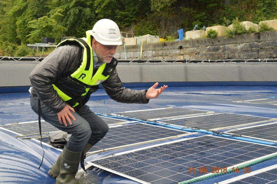 En av gründerne bak Ocean Sun, Børge Bjørneklett demonstrerer hvordan de flytende solcellepanelene virker. Foto: Gustav Erik Blaalid
