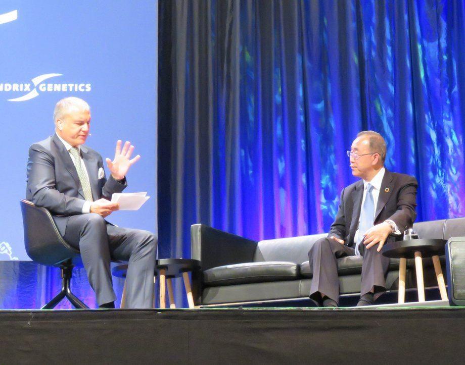 Tidligere generalsekretær i FN Ban Ki-Moon, til høyre, mener akvakultur vil spille en viktig rolle i fremtidig matproduksjon i verden.