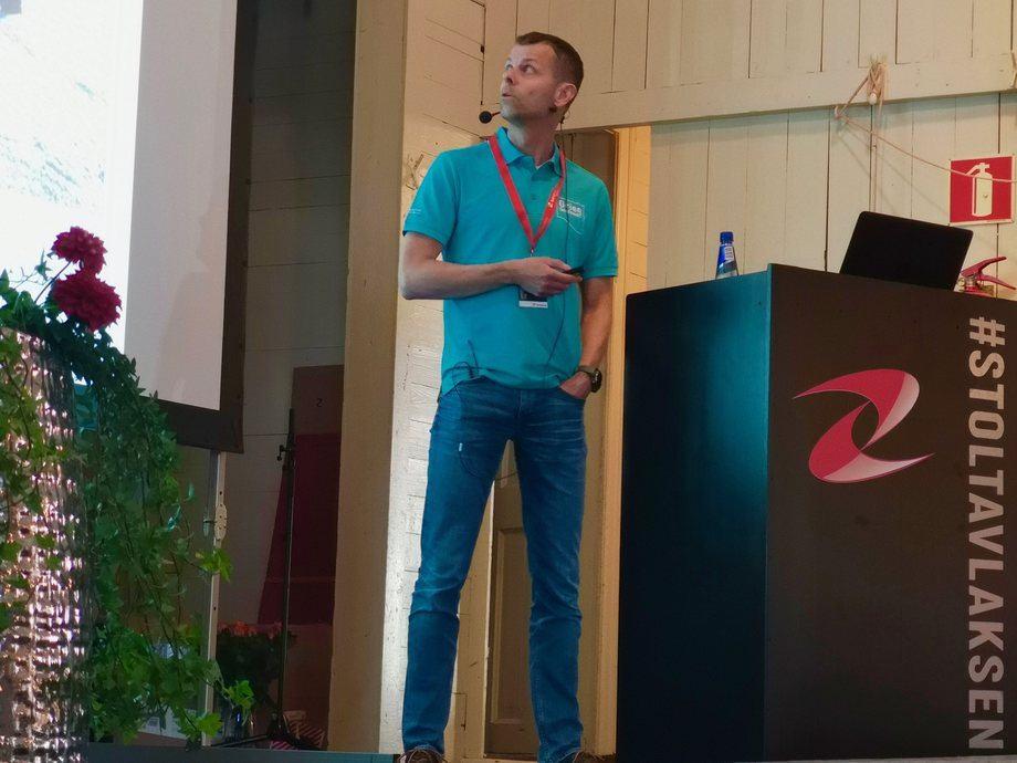 Arvid N. Leijon Pedersen fra Grieg Seafood Finnmark holdt foredrag om postsmoltproduksjon i RAS.