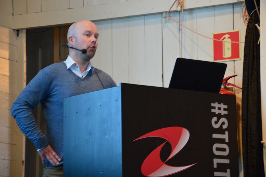 Øyvind Kileng, kvalitetsansvarlig i Ellingsen Seafood, forteller velvillig fra erfaringen deres med supersmolt. Foto: Ole Andreas Drønen
