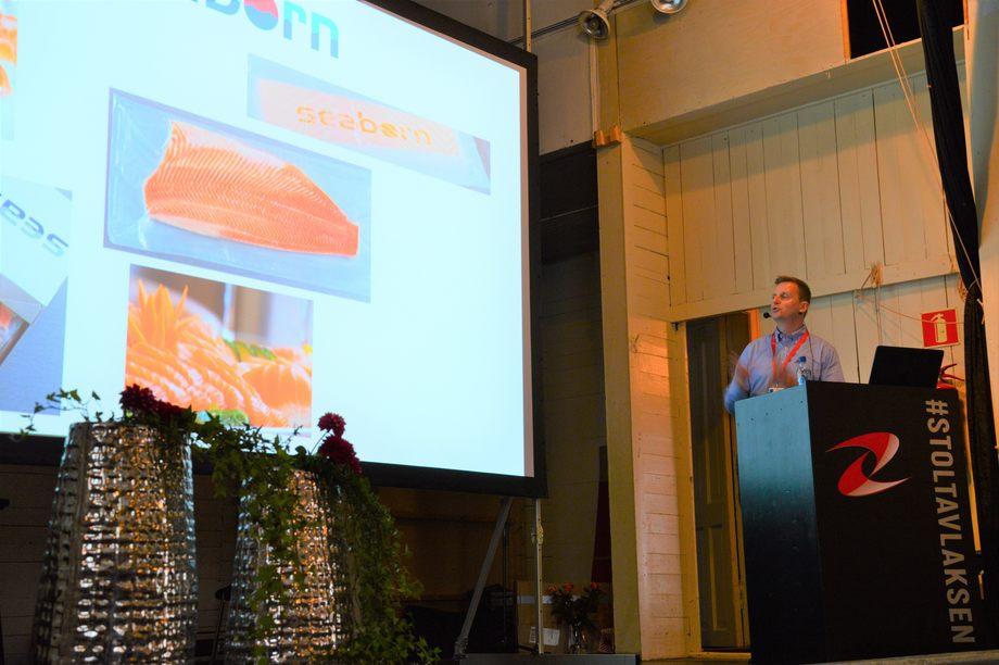 Tore Samuelsen er fiskekvalitetssjef hos Seaborn AS og sier han blir glad av laks med fin farge.Foto: Ole Andreas Drønen