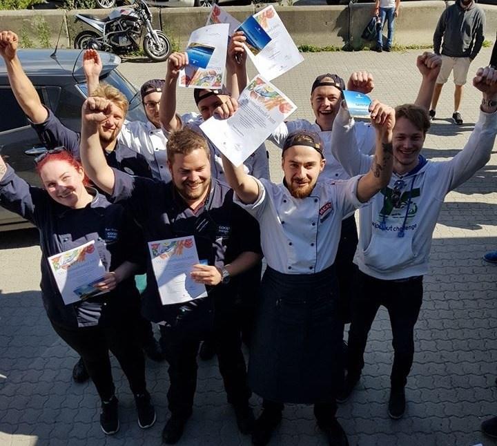 Fornøyde konkurrenter som har gått videre til finalen i NM i sjømathandel. Foto: Privat.