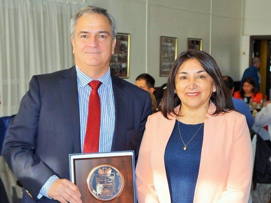 Drago Covacich, gerente Magallanes de Nova Austral y Marisol Andrade, alcaldesa de Porvenir. Foto: Nova Austral.