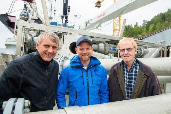 Lars Georg Backer (t.v) og Kristian Lillerud (t.h.) kan glede seg over svært gode resultater i rapporten der Tor Erik Hoemsnes i Åkerblå har vært en av flere bidragsytere. Foto: Flatsetsund Engineering.
