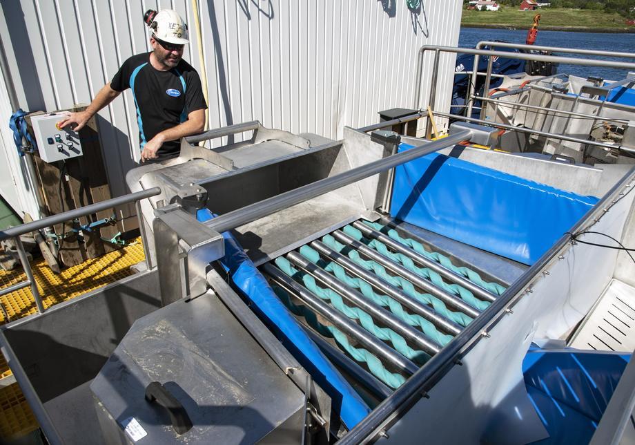 Fleksible ruller i stål og støpt polyuretan skal sørge før skånsom behandling av rensefisken. Driftsleder Ole Jakob Måøy har ledet monteringen på denne flåten.