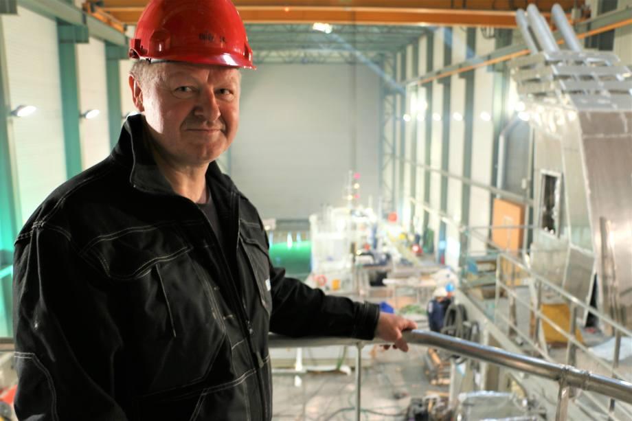 Fra toppen av skipet har verftdirektør Bård Meek Hansen god utsikt over verft og dokk. Foto: Sigbjørn Larsen.