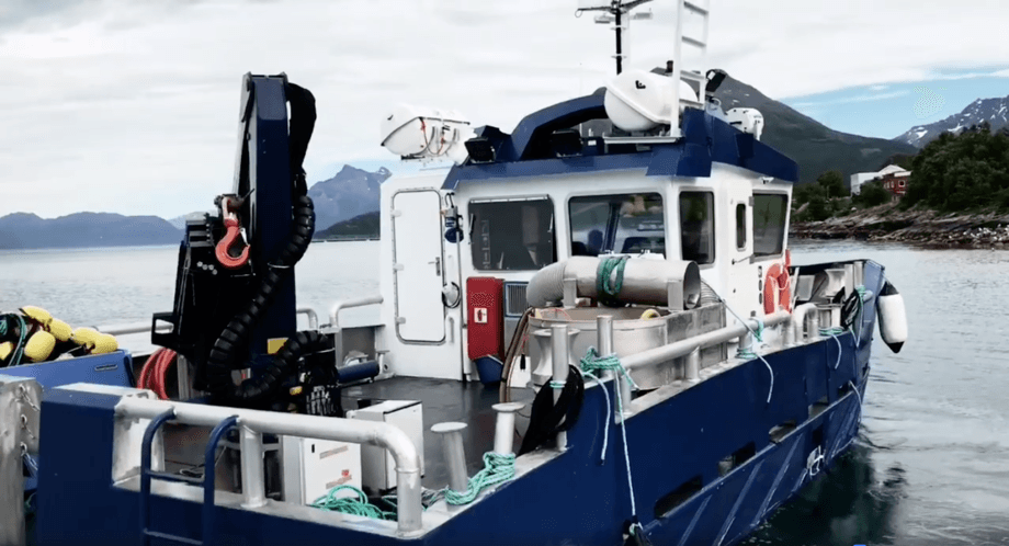 Servicebåten «Havørn» er nå til uttesting, og skal om to uker ut i daglig drift på merdkanten. Foto: Skjermdump fra Arctic Aqua video.