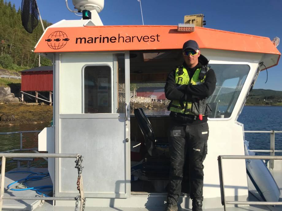 Elias Dypaune (18) trives godt på merdkanten og er glad for at han kan jobbe som røkter for Marine Harvest. Foto: Marine Harvest.