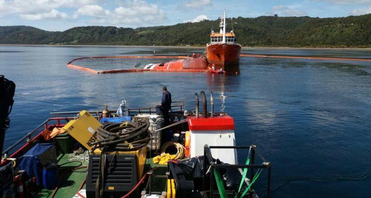 Seikongen ligger på siden og vil bli rettet opp før den blir slept 800km for reparasjon. Foto tilhører chilensk marine.