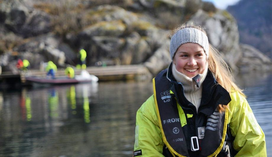 Elise Eidset (24) trives i sommerjobben som luseteller.  Foto: Thomas Bøhn/HI