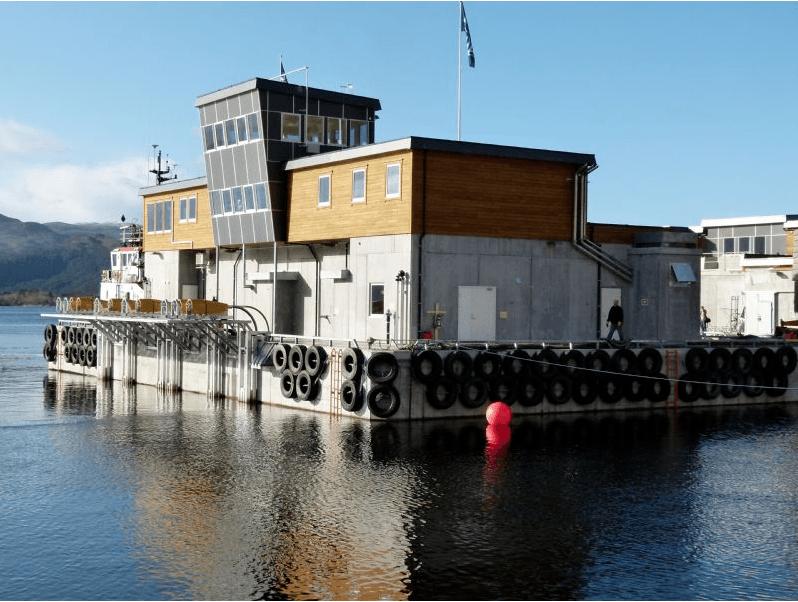 Det var en flåte av typen FarmBase 700 som ble overlevert Lerøy Midt. Foto: Marine Construction.