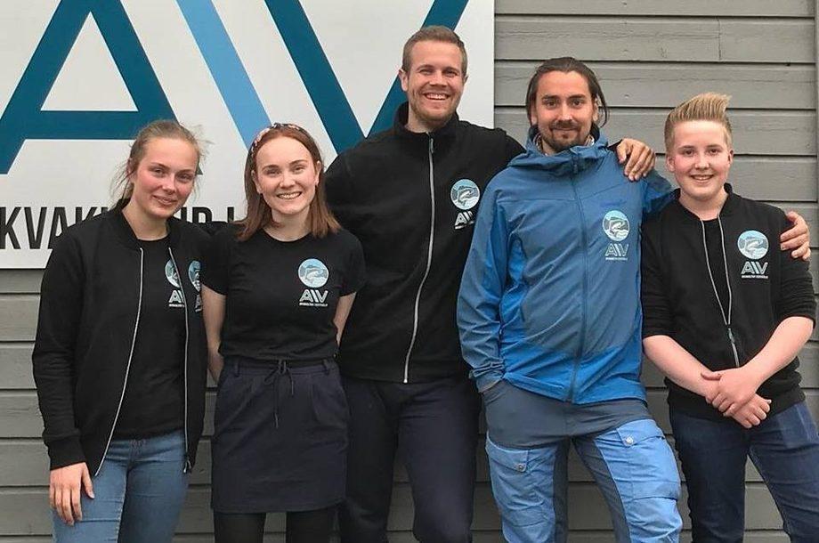Sverre Birkeland (nr 2 fra høyre) har jobbet 9 måneder som guide for turister hos Akvakultur i Vesterålen.