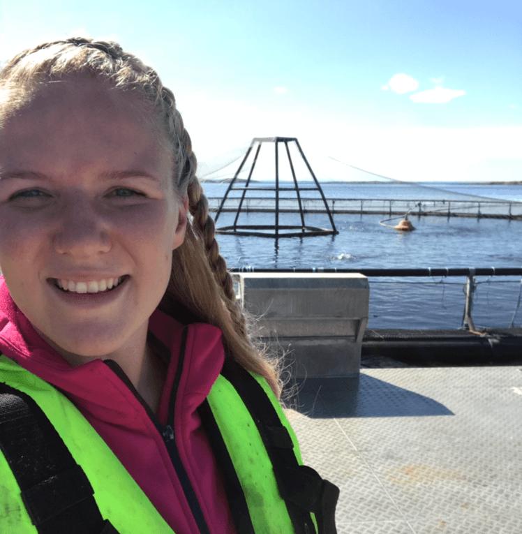 Aina Skarsvåg (21) trives godt i røkterjobben hos Marine Harvest og fikk sansen for havbruksnæringen allerede i tenårene. Foto: Privat/Marine Harvest.