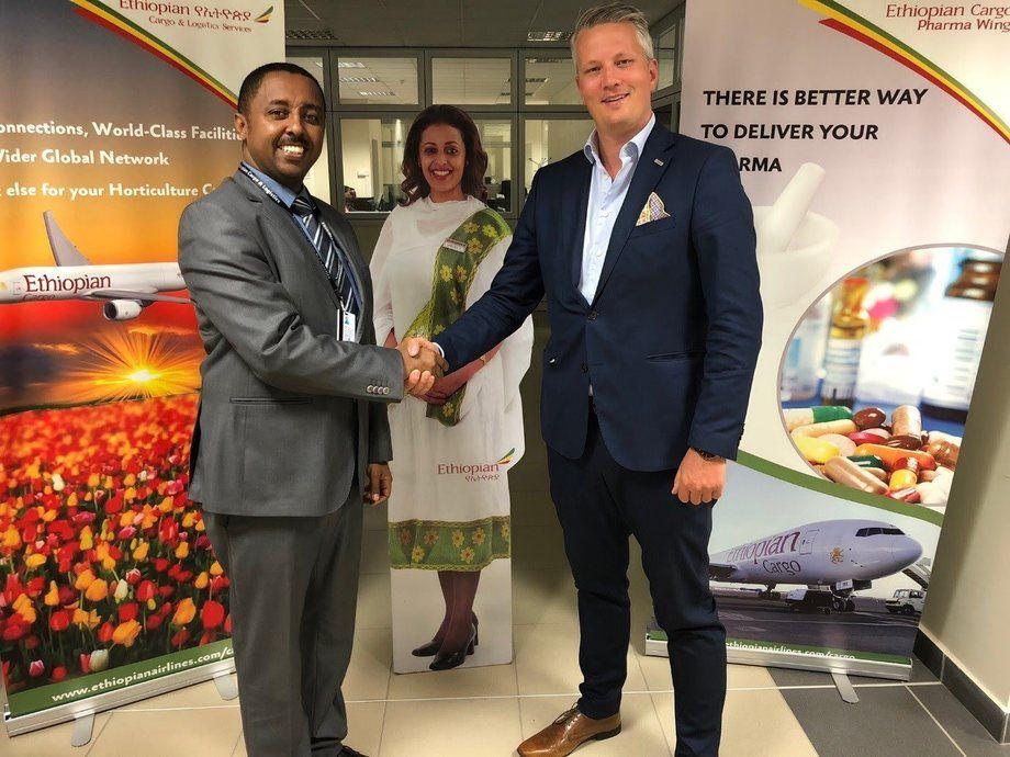 Inngår avtale: Mr. Solomon Begashaw, direktør for Global Cargo Sales hos Ethiopian Cargo, og Martin Langaas, direktør for flyfrakt ved Avinor Oslo lufthavn. Foto: Ethiopian Cargo.