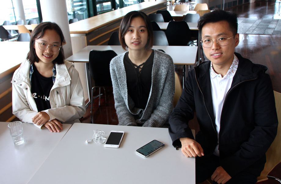 Yifei Wang, Xingyu Lou og Jonathan Li, synes det er spennende å lære mer om norsk maritim næring. Foto: Andrea Bærland