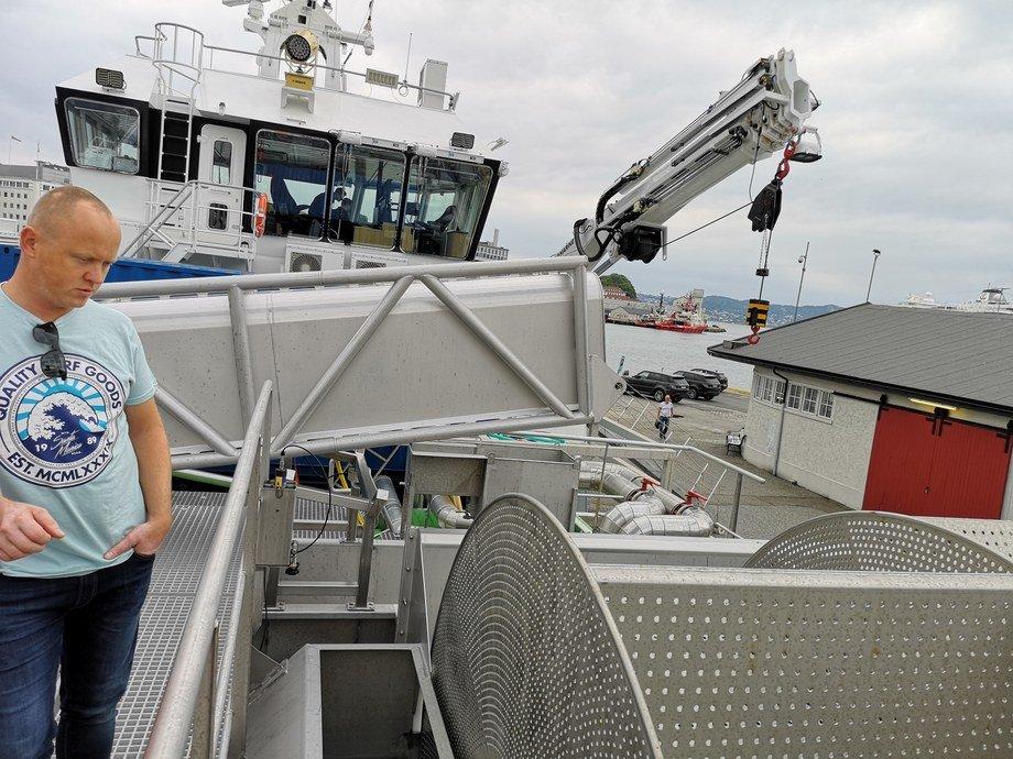 Kaptein Øystein Henriksen sier avlusingsfartøyet «Volt Processor» nå skal sette i gang med kaldtvannsavlusing. Foto: Ole Andreas Drønen/Kyst.no.