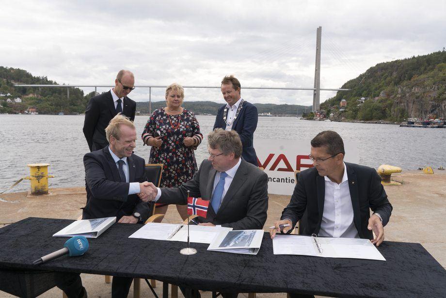 Fra vemstre: Konsernsjef i Yara Svein Tore Holsether, COO i Vard Magne O. Bakke og konsernsjef i Kongsberg Geir Håøy. Foto: Kongsberg Maritime