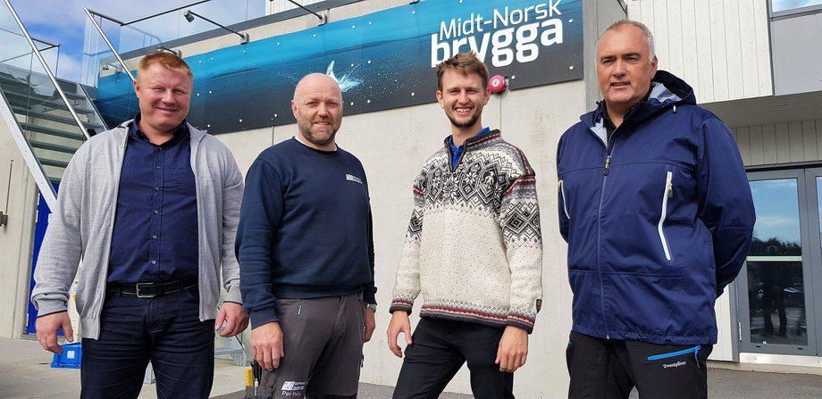 Frank Øren (daglig leder i MNH, til venstre) og Per Helge Buvarp (verkstedleder i MNH) har inngått leveringsavtale med Lars Berg-Hansen (daglig leder i NorseAqua) og Sveinung Kristiansen (operativ leder i NorseAqua).