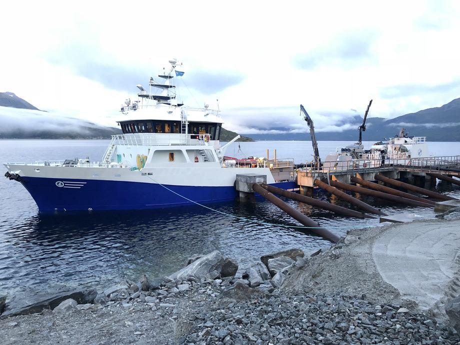 «Rohavet» hentet nylig storsmolt fra smoltanlegget til Salangfisk og leverte den til Salaks lokaliteten Skjellesvika. Foto: Salangfisk.