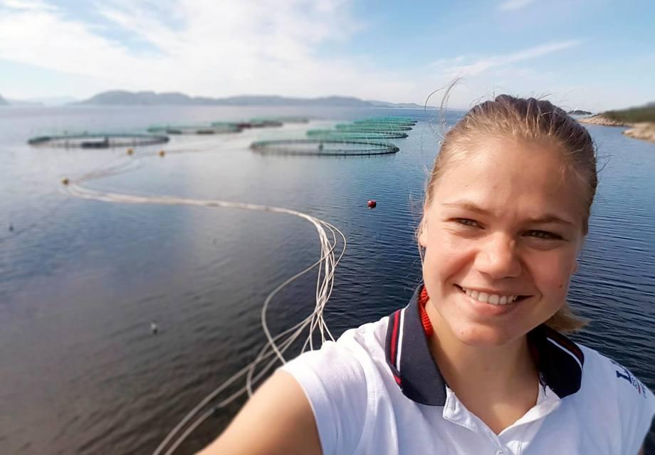 Karoline Andrea Eide er fortsatt inne i sitt første år som koordinator for rensefisk hos SinkabergHansen. Og hun har mer enn nok å henge fingrene i, ifølge selskapet. Foto: SinkabergHansen.