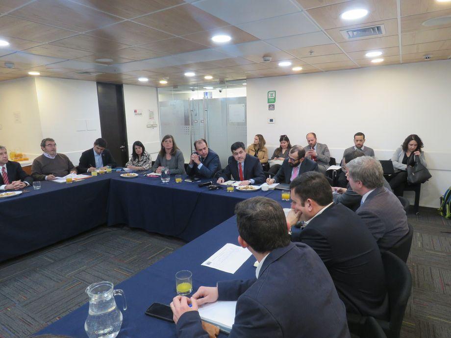 El subsecretario de Pesca y Acuicultura, Eduardo Riquelme, lideró la reunión de ayer con los máximos ejecutivos de la industria chilena del salmón. Foto: Jonathan Garcés.