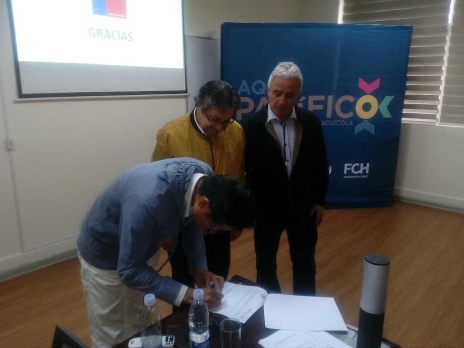 Firma del convenio entre AquaPacífico y la Universidad de Tokio. Foto: AquaPacífico.