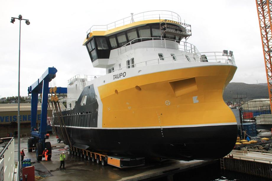«MS Taupo» under sjøsettelsen på Fitjar Mekaniske Verksted. Foto: Napier/FMV