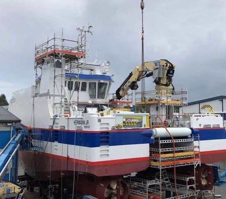 Her er fartøyet «Hermann JR» som er under bygging. Foto: Midt-Norsk Havbruk.