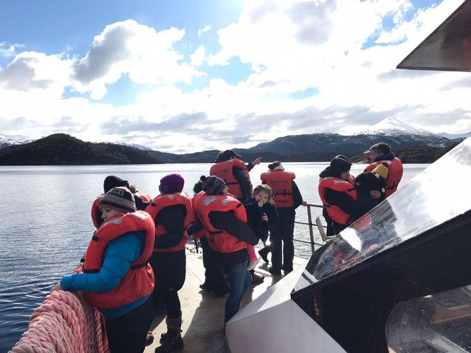 Parte del viaje de las comunidades kawésqar. Foto: Asociación de Salmonicultores de Magallanes.