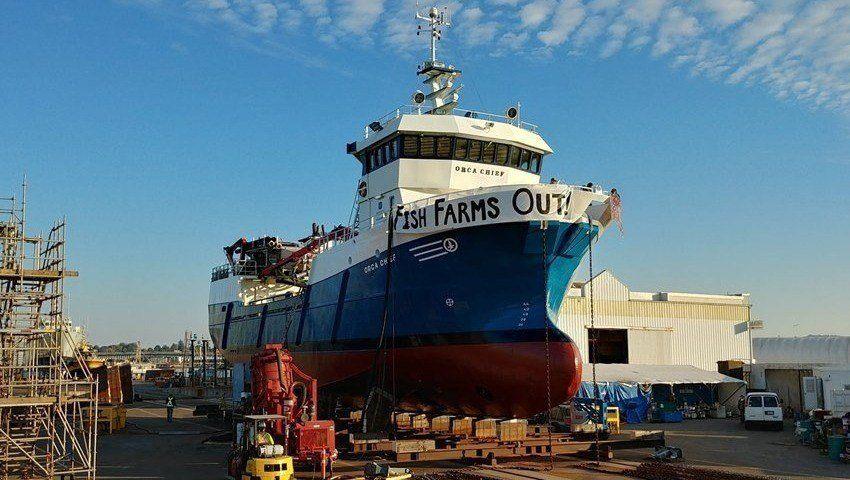En banner ble hengt opp på bauen av Orca Chief av demonstrantene. Foto: TimesColonist.