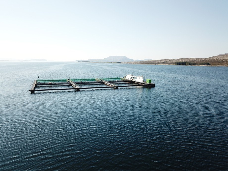 Grunnsøya med Fjord Hybrid løysinga som sikrar landstraum og batteridrift på alle oppdrettslokalitetane til selskapa. Foto: E.Karstensen.