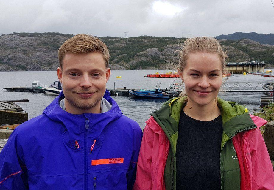 Erik Selaas og Brynhild Storeide er to av totalt 28 traineer som i år har fått blitt en del av Seafood Trainee programmet til NCE Seafood Cluster. Her foran Lerøy sitt Preline-anlegg i Samnanger.Foto: Anette Elde Thomsen.