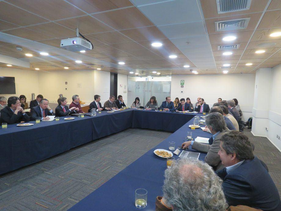 El subsecretario de Pesca y Acuicultura, Eduardo Riquelme, presentó a los máximos ejecutivos del sector salmón la nueva normativa de densidades de cultivo. Foto: Jonathan Garcés.