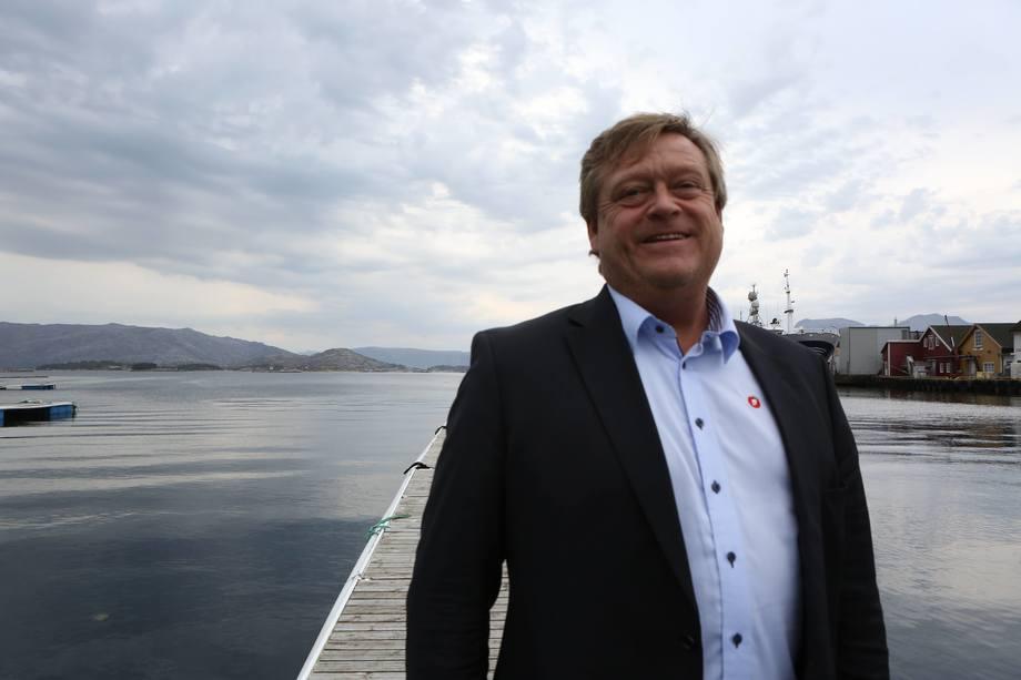 Forslaget til fiskeriminister Harald Nesvik innebærer at legemidler mot lakselus til såkalt badebehandling kun kan brukes når behandlingen gjøres i brønnbåt, ikke i merd med presenning.Foto: Nærings- og fiskeridepartementet.